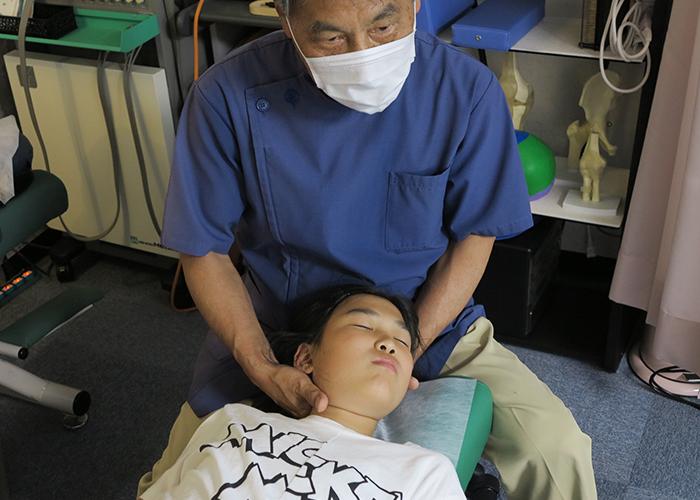 近藤先生が長女を治療中2
