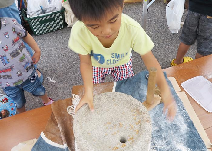石臼で小麦粉