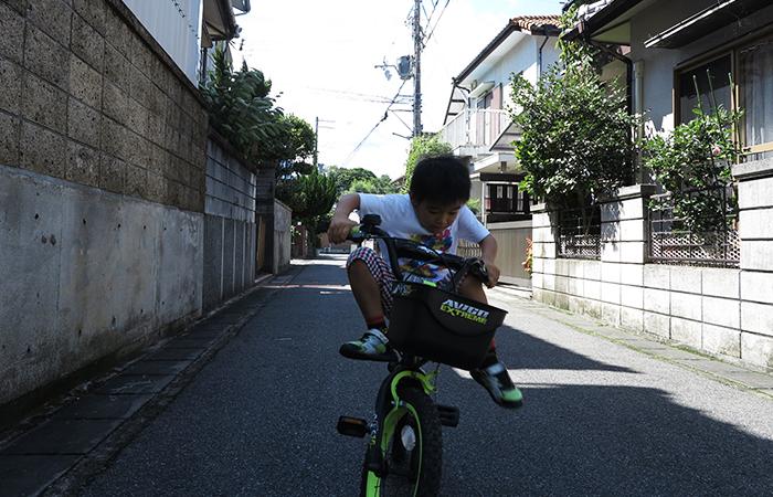自転車で足上げ