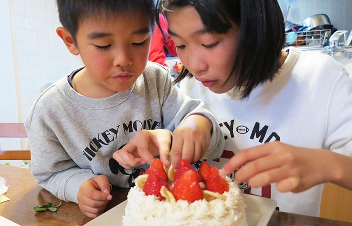 ケーキを作る姉弟