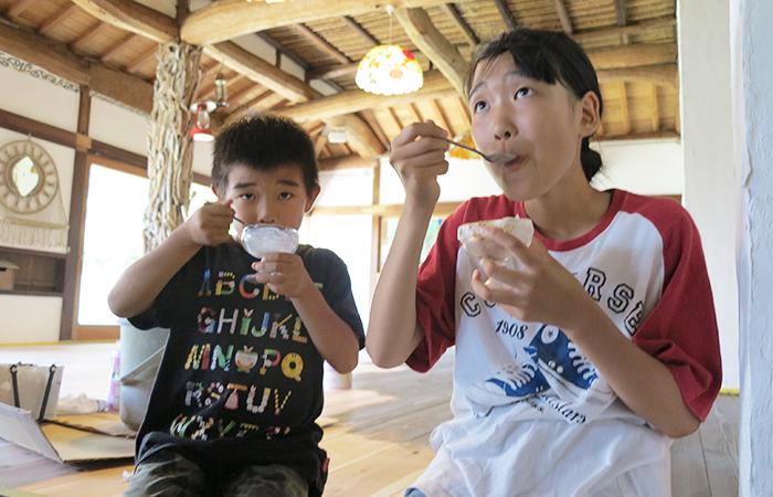 アイスクリームを食べる姉弟