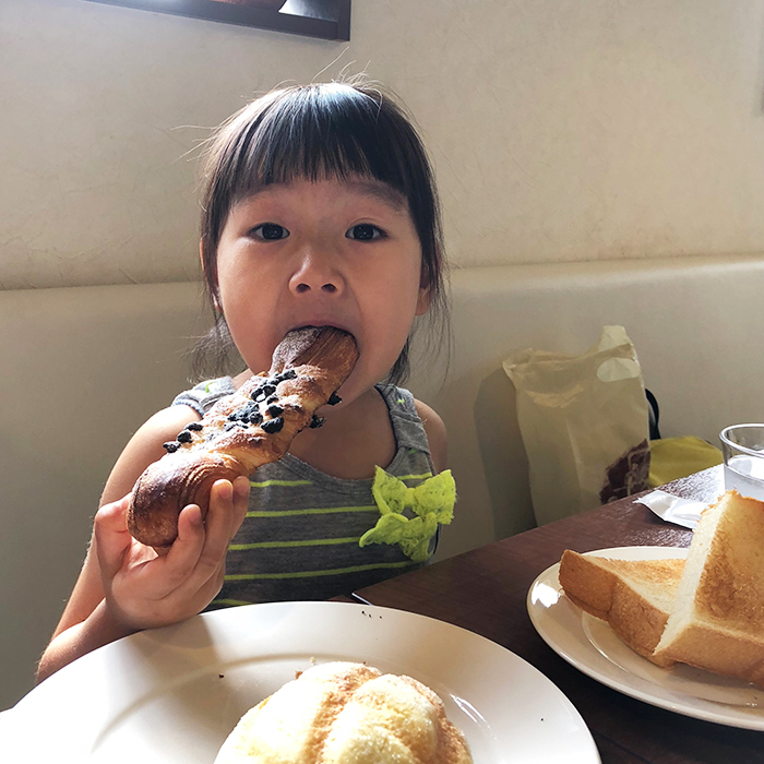 平野パンの店内でモーニングを食べる
