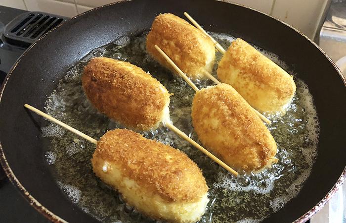 チーズハットグ料理中