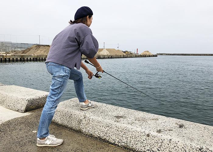 奥さん釣りをする