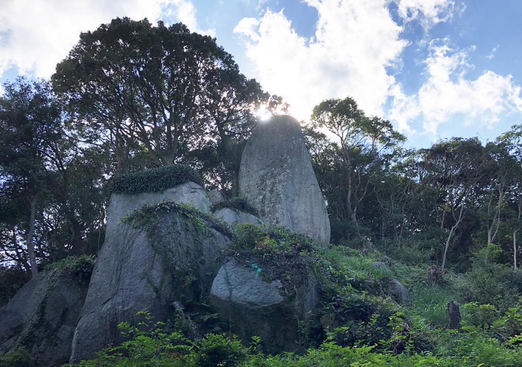 岩上神社の神籠石(ひもろぎいし)