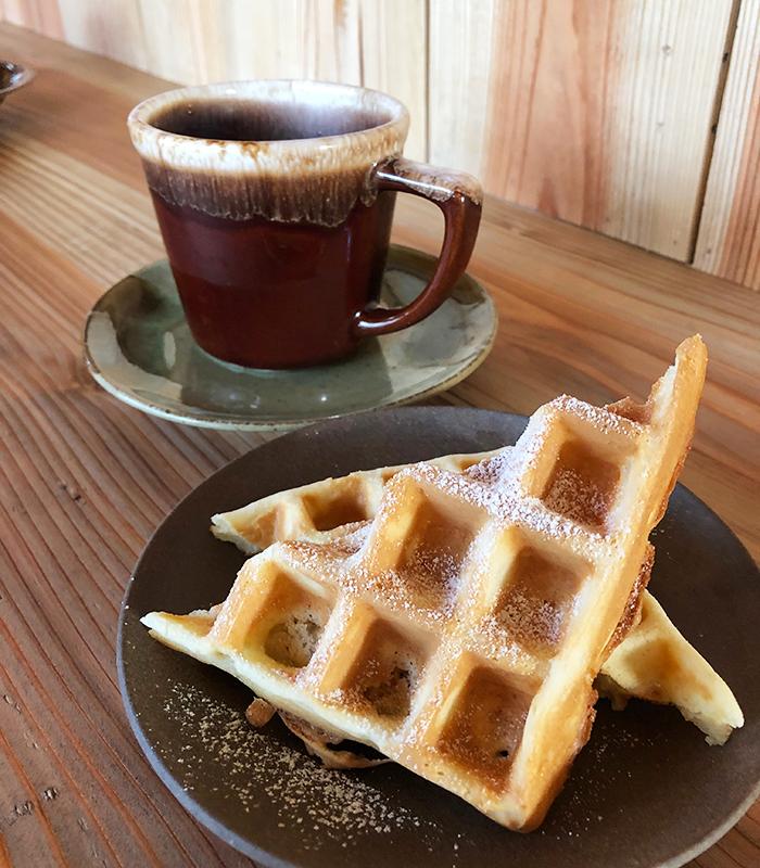 サインズ&キャンプ キッチン コーヒーとワッフル