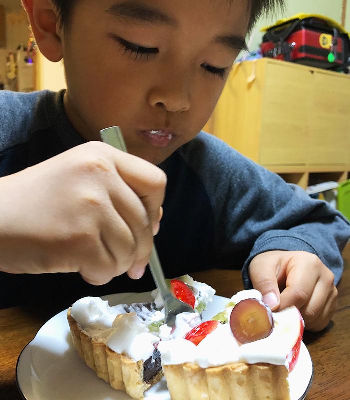 ケーキを食べる息子