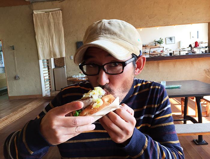 ノマド村でホットドッグを食べる