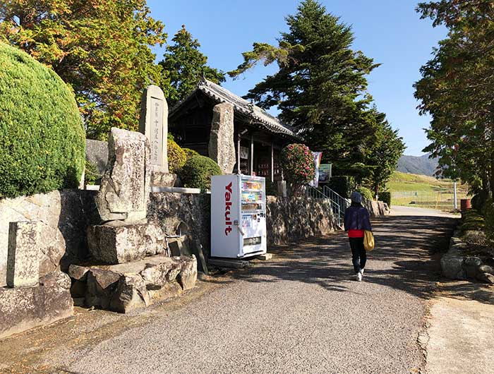 覚住寺の前の道