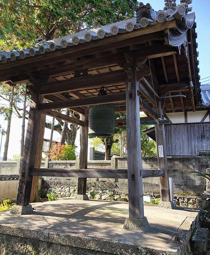 覚住寺の鐘楼