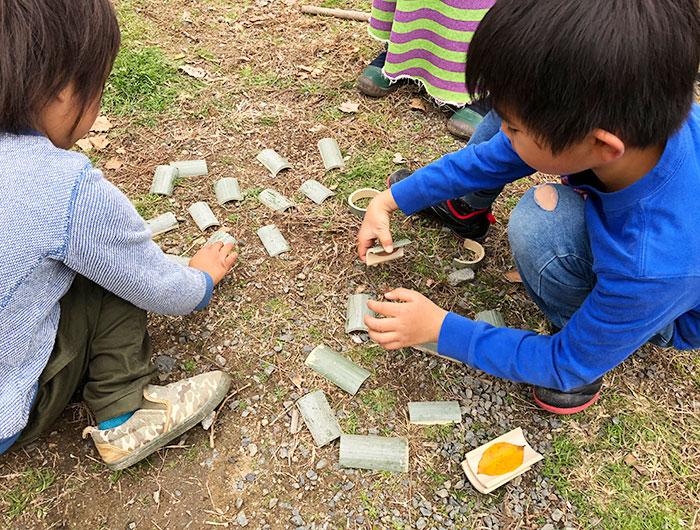 竹のおもちゃで遊ぶ子供