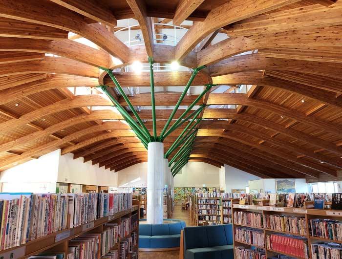 洲本市立五色図書館「えるる五色」の内観