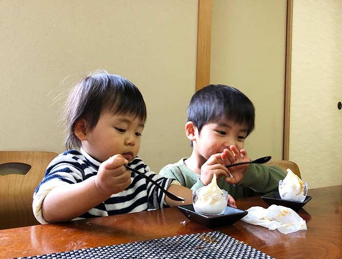 淡波家でアイスを食べる子供たち