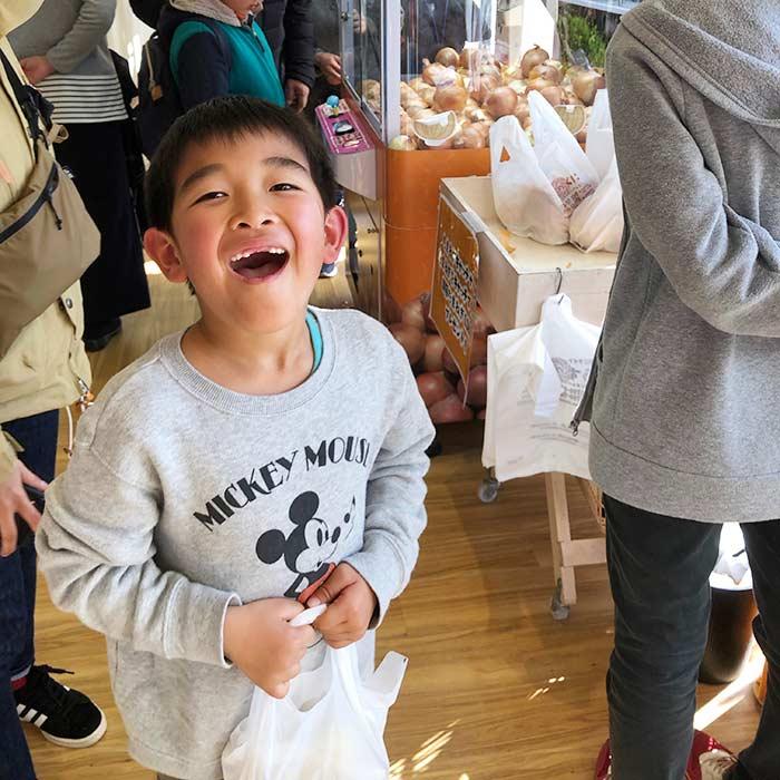 うずの丘大鳴門記念館の玉ねぎキャッチャーで玉葱ゲットで喜ぶ長男