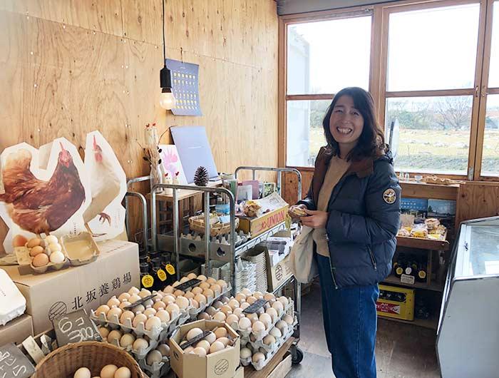 北坂養鶏場の直売所でお菓子を買う奥さん