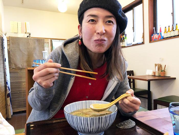 淡波家でラーメンを食べている