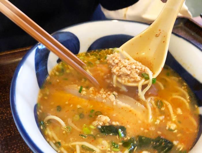 淡路海老味噌ラーメンに辛味爆弾を投入後のスープ
