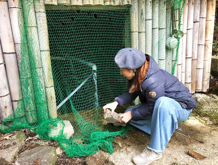 淡路島 御井の清水の水汲み場でどかした石を戻す