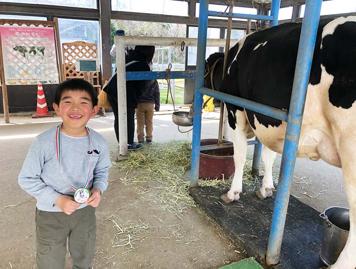淡路島牧場の乳搾り体験
