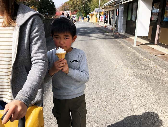 淡路島牧場でソフトクリームを食べる息子
