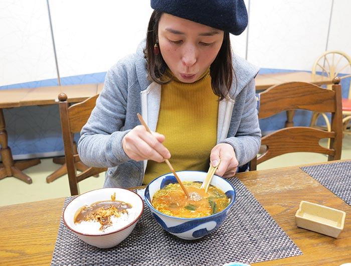 淡波家でラーメンとカレーを食べる奥さん