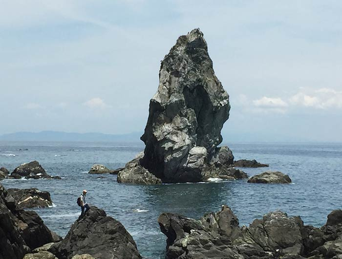 沼島のシンボル・上立神岩(かみたてがみいわ)