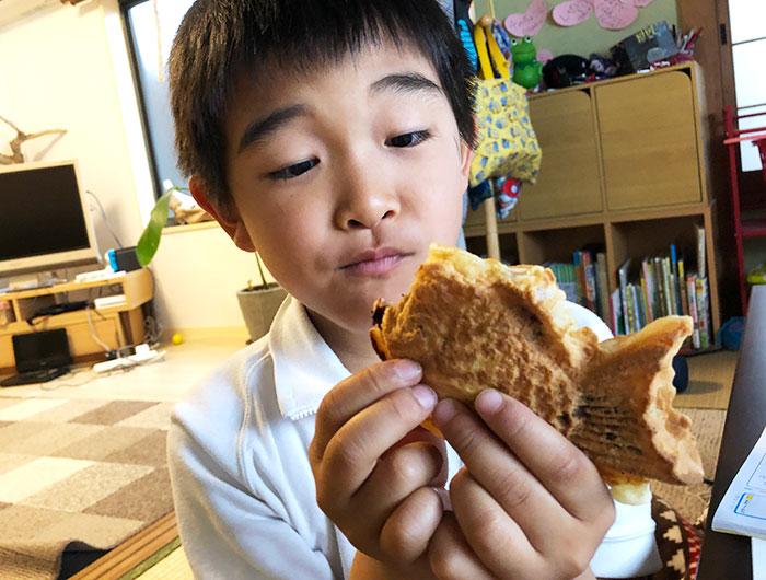野口製菓のたい焼きを食べる息子