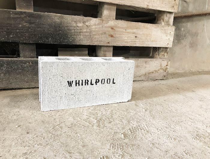 ワールプールの駐車場