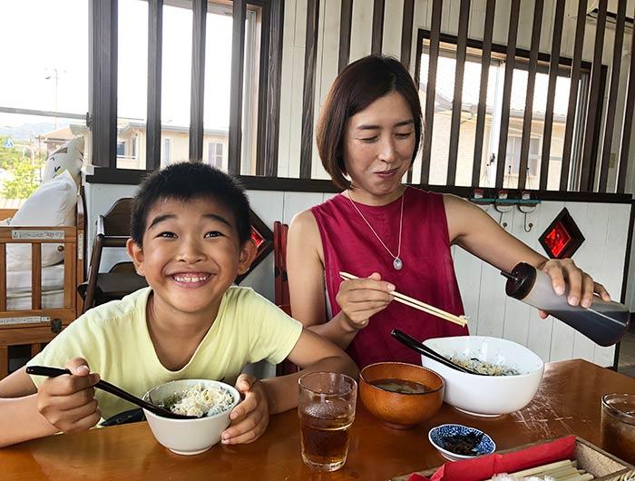 しらす丼を食べる家族