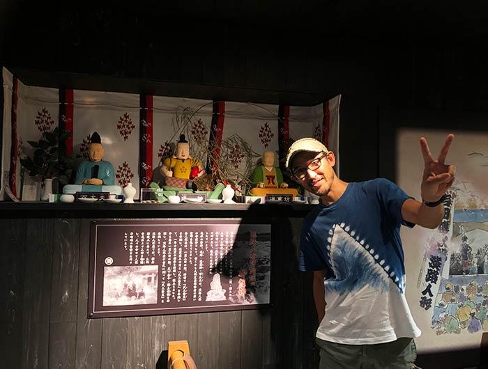 淡路人形浄瑠璃の守護神の前で撮影