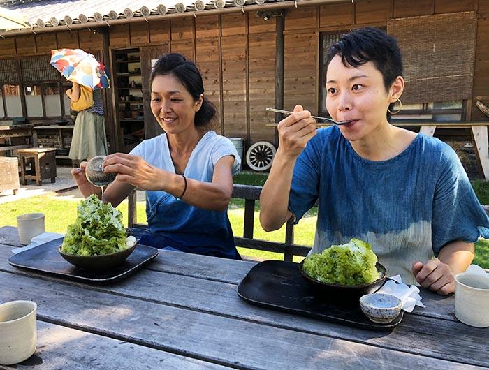 かき氷を食べる2人の女性