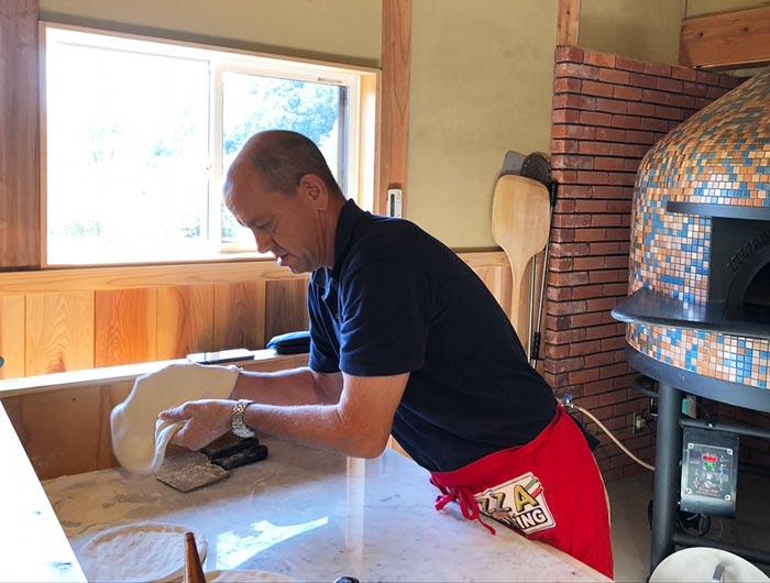 ベイリーさんのピザ作りの様子