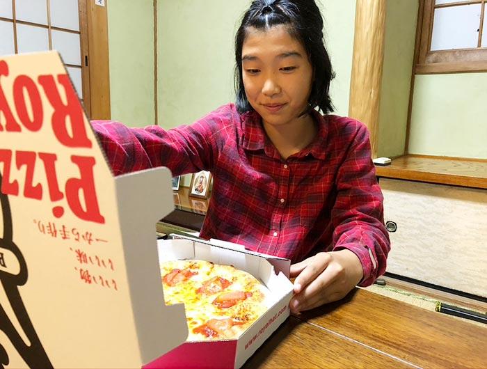 ピザを楽しむ娘