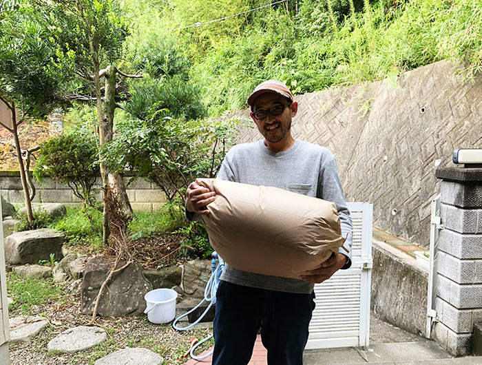 30kgのお米を持つ