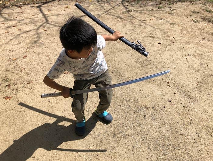 レプリカの刀で遊ぶ息子