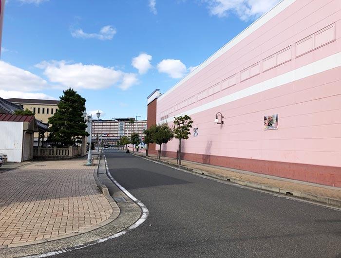マルナカ洲本店の壁がある風景