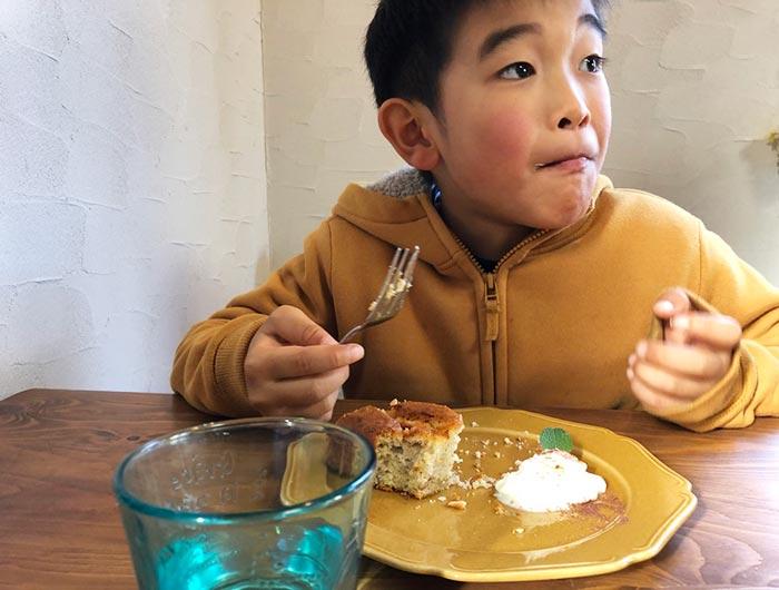 バナナブレッドを食べる息子