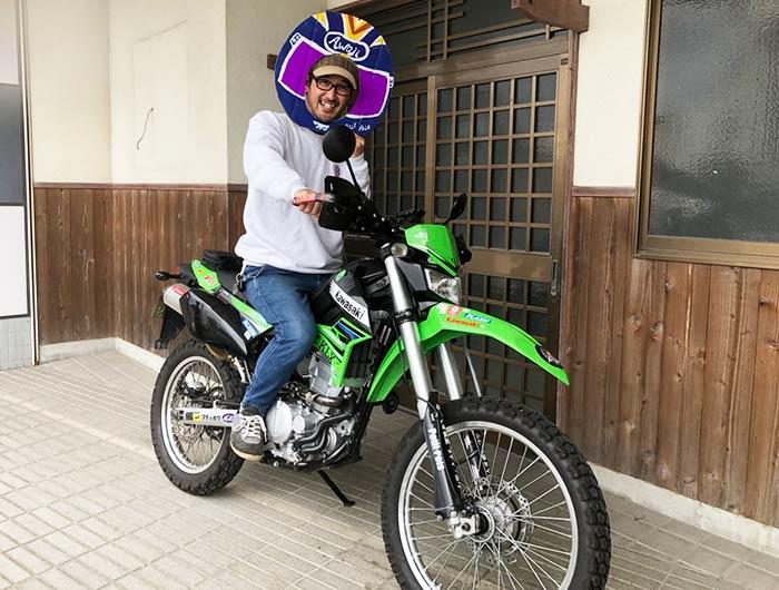 オフロードバイクにまたがる