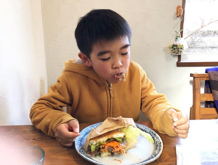 えびすもち豚肉のバルサミコを食べる息子