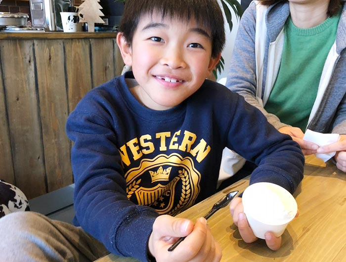 ベルデテネロのミルク味のジェラートを食べる息子