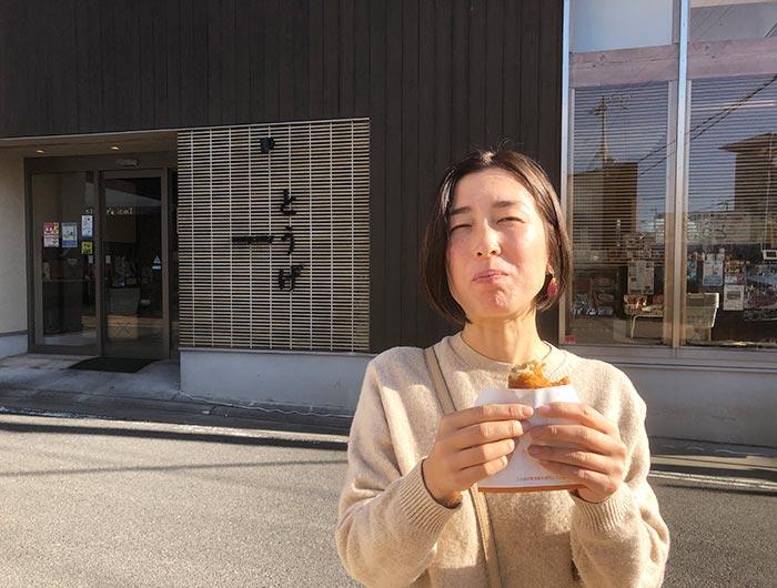 とうげのコロッケを食べる