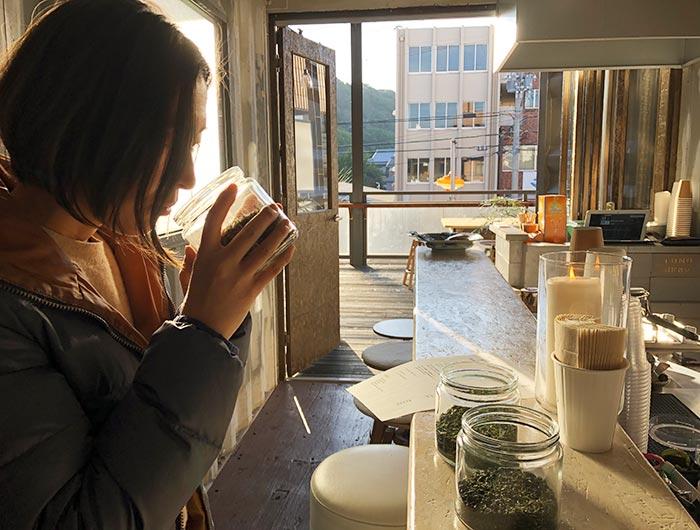 日本茶の匂いをかぐ様子