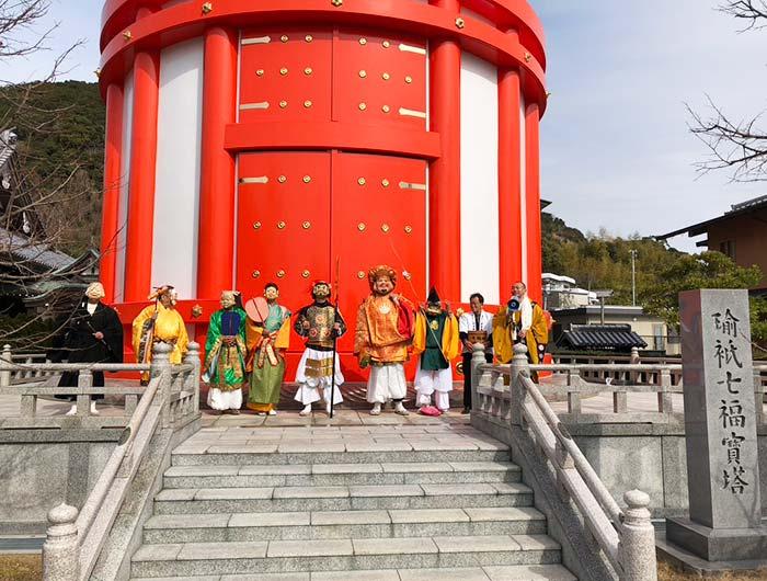瑜祗七福宝塔(ゆぎしちふくほうとう)の前で記念写真
