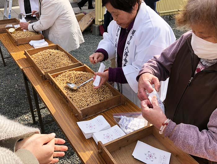 八浄寺の豆いり神事の様子