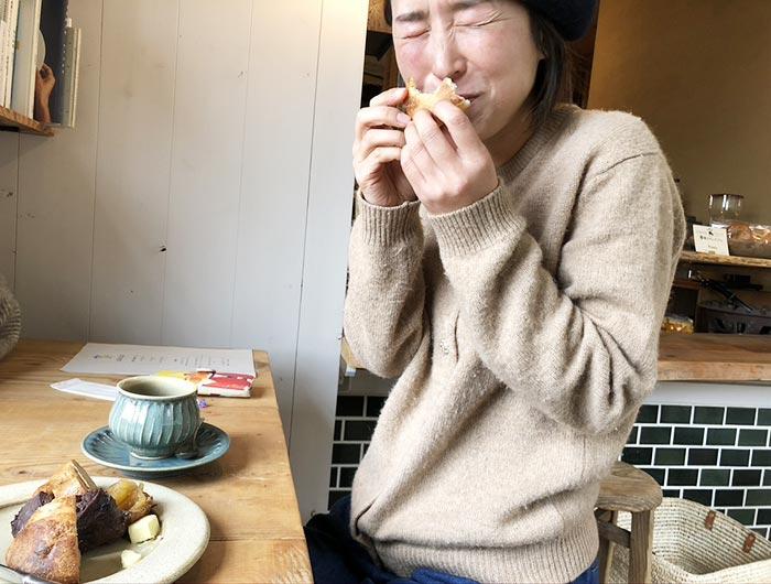 アムリタンのパンを食べて喜ぶ奥さん