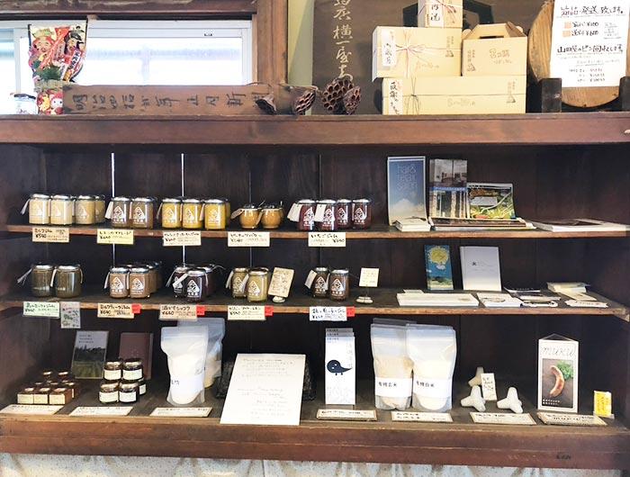 山田屋さんの店内の棚