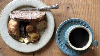 アムリタンの天然酵母パンのプレートと、自家焙煎珈琲