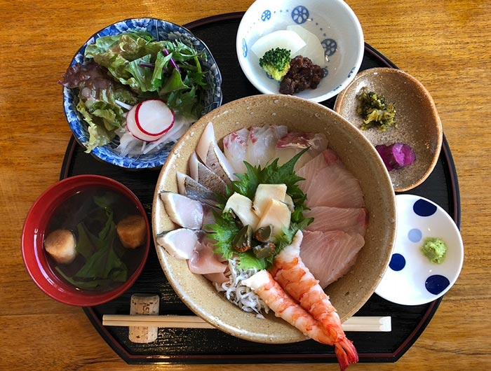 ペンションプラージュの海鮮丼セット