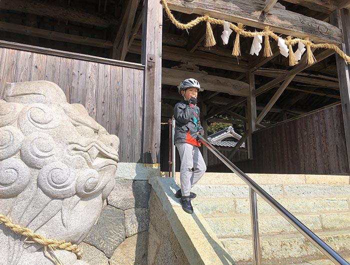 釜口八幡神社でおにぎりを食べる
