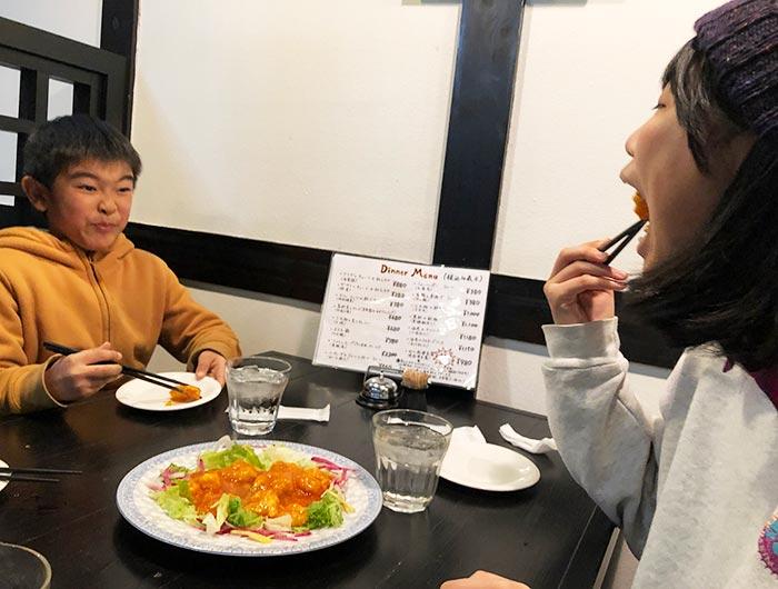 海老チリソースを食べる子供たち